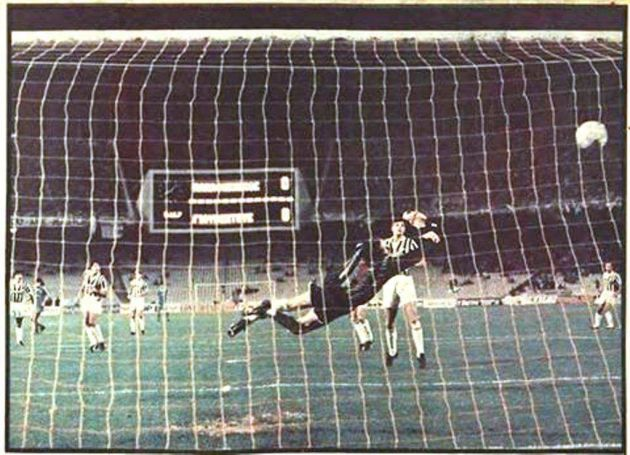 Γνωρίζατε ότι… τη σεζόν 1987-1988 ο Δημήτρης Σαραβάκος αναδείχθηκε πρώτος σκόρερ στο κύπελλο Ουέφα;